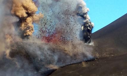 Início da explosão do pico do Fogo, em 23 de Novembro de 2014